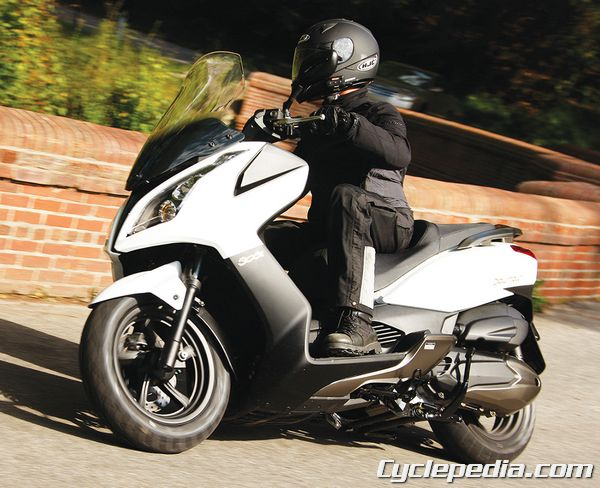 KYMCO Downtown 300i scooter commuting